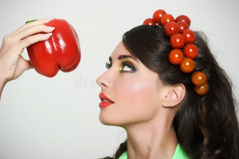 Schoonheidsmeisje met de stijl van het Groentenhaar Mooie gelukkige jonge vrouw met groenten op haar hoofd Gezond voedselconcept, stock afbeelding