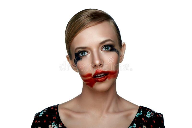 Schoonheidsmeisje met gesmeerde rode Lippenstift op open Mond royalty-vrije stock foto's