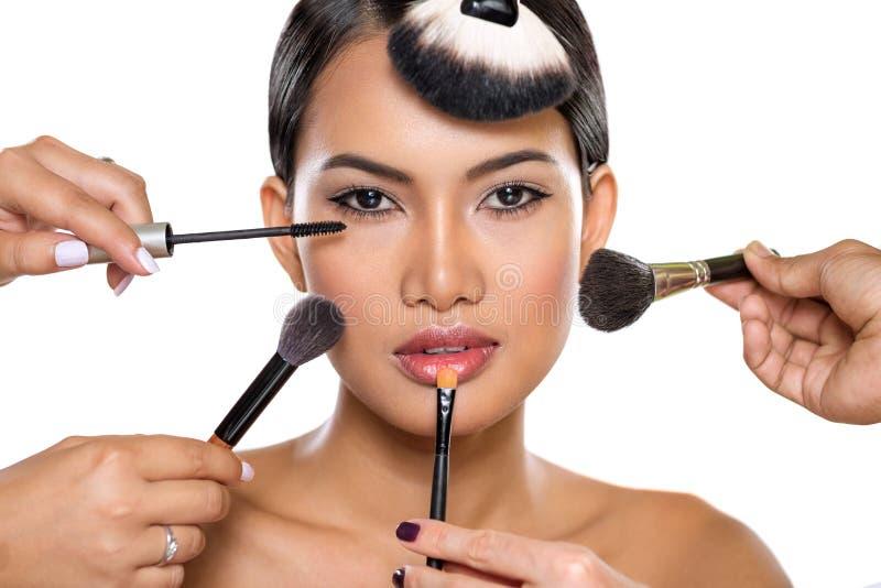Schoonheidsmeisje met make-upborstels stock foto's