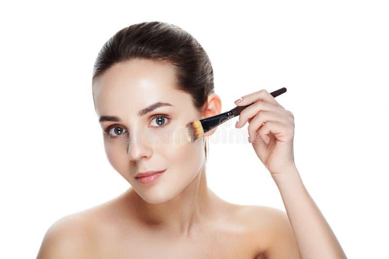 Schoonheidsmeisje met make-upborstels Natuurlijke Make-up voor Donkerbruine Wom stock afbeelding