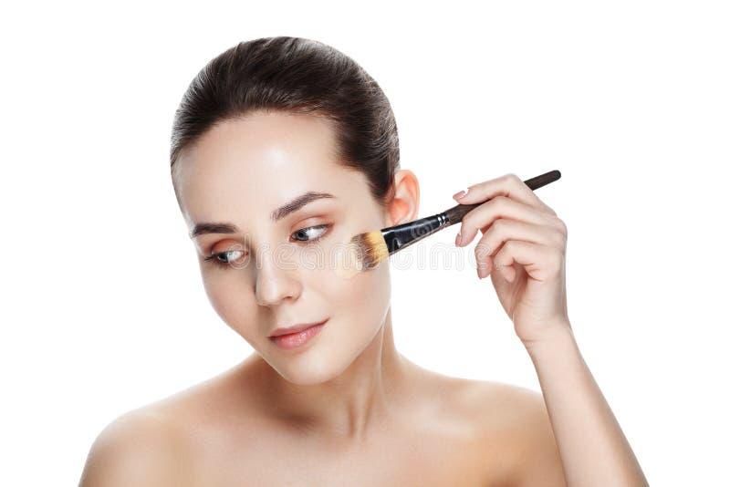 Schoonheidsmeisje met make-upborstels Natuurlijke Make-up voor Donkerbruine Wom royalty-vrije stock afbeelding