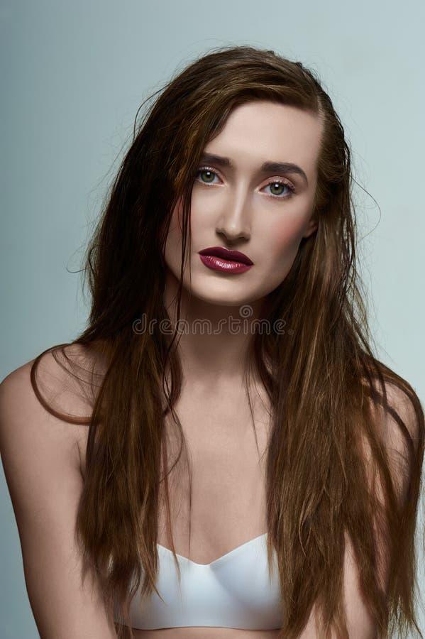 Schoonheidsmeisje met perfecte Huid, nat Haar en rode Lippen royalty-vrije stock afbeelding