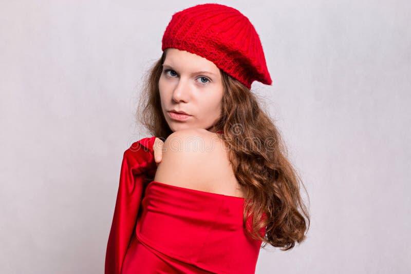 Schoonheidsmeisje in rood royalty-vrije stock afbeeldingen