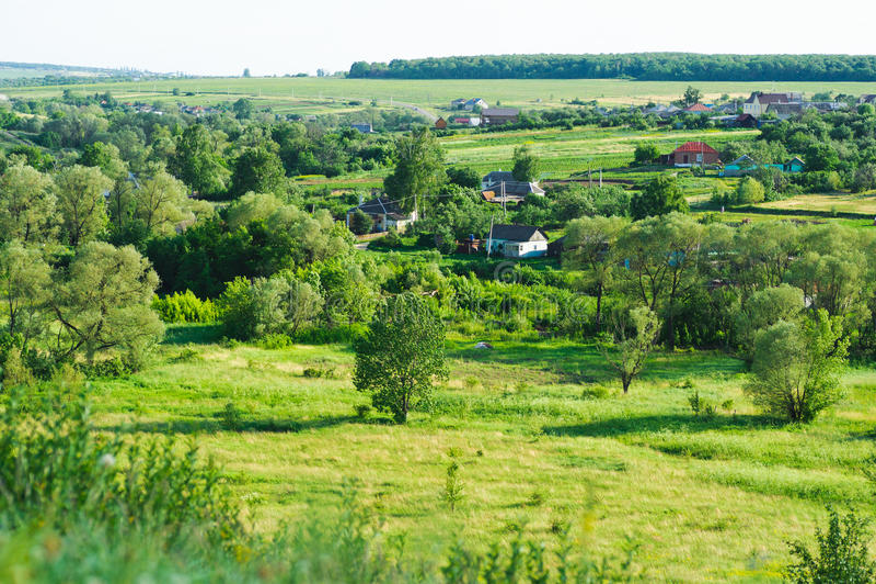 Schoonheidsmening van aard. Landelijk dorp in green stock afbeelding