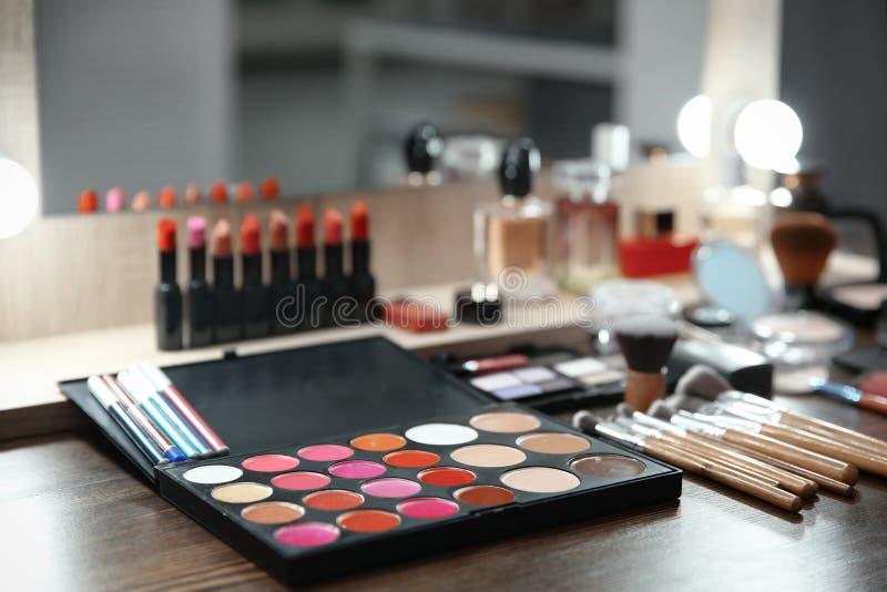 Schoonheidsmiddel en hulpmiddelen van professionele make-upkunstenaar royalty-vrije stock afbeelding