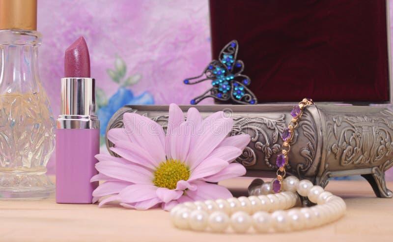 Schoonheidsmiddelen en de Doos van Juwelen stock afbeeldingen
