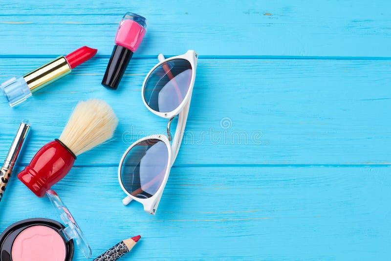 Schoonheidsmiddelen en toebehoren, blauwe achtergrond stock foto's