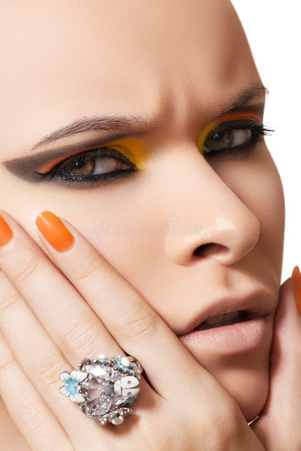 Schoonheidsmiddelen, maniermake-up, manicure & diamantring stock foto