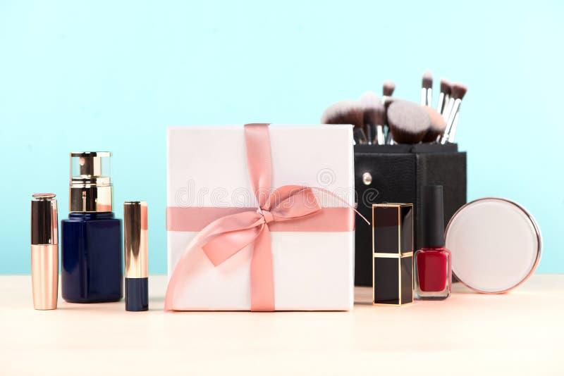 Schoonheidsmiddelen met een huidige doos over blauwe achtergrond stock foto