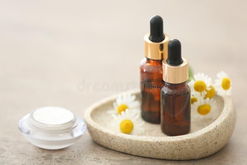 Download Schoonheidsmiddelen Met Kamilleuittreksel Stock Foto - Afbeelding bestaande uit bloemen, voorwerp: 107702806