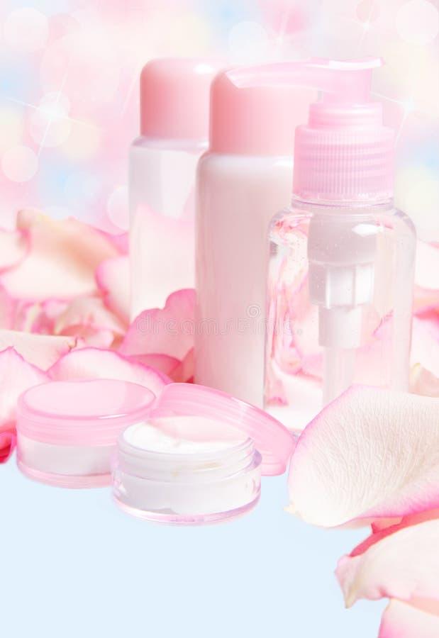 Schoonheidsmiddelen met roze bloemblaadjes stock afbeeldingen