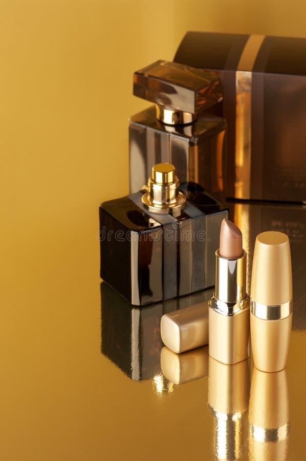 Schoonheidsmiddelen op goud royalty-vrije stock foto