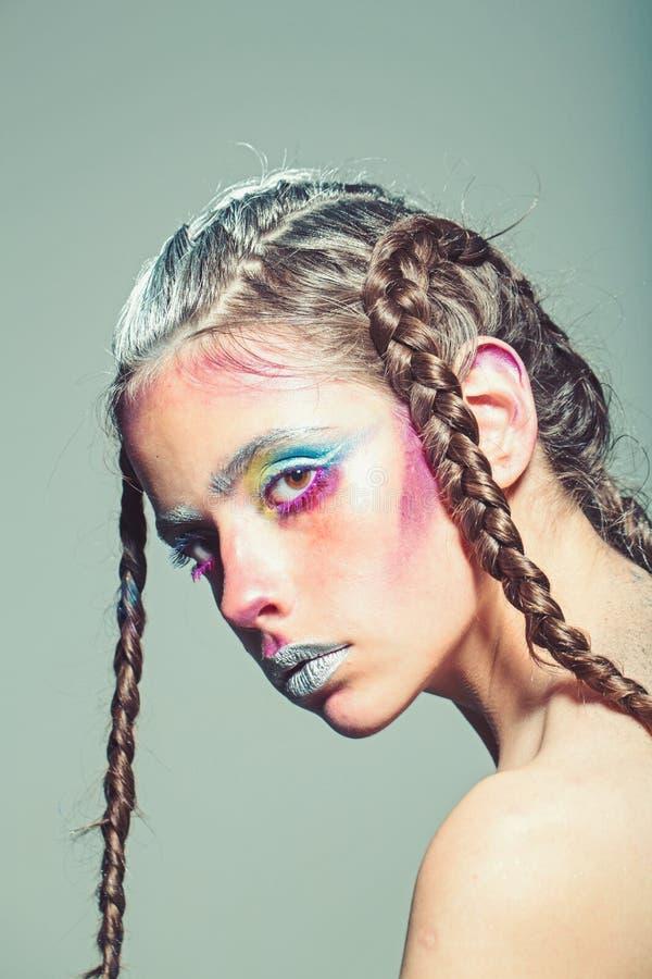 Schoonheidsmiddelen voor gezicht en skincare, herenkapper Vrouw met make-up en kapsel, kapper Schoonheid en maniermeisje royalty-vrije stock foto's