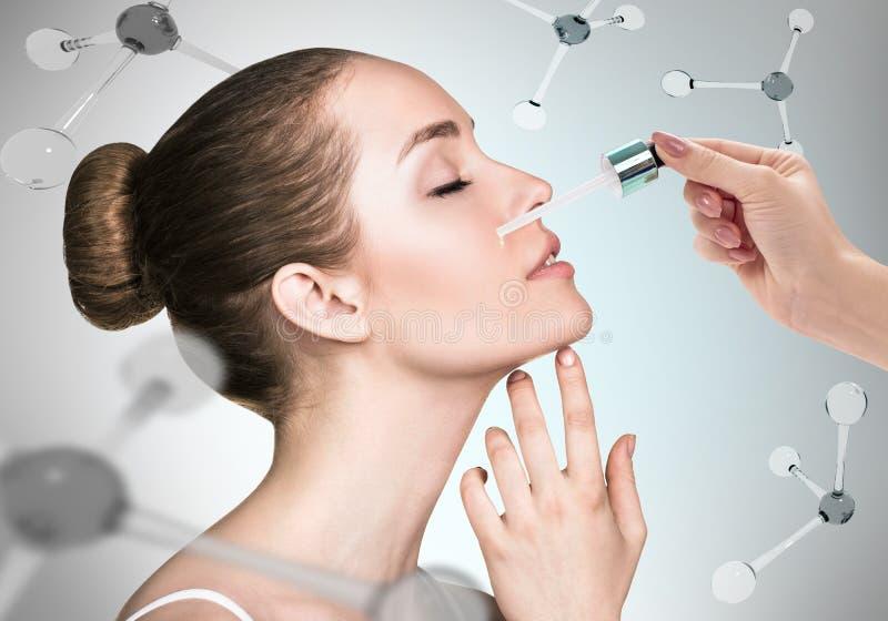 Schoonheidsmiddelenolie op gezicht onder de molecules royalty-vrije stock foto's