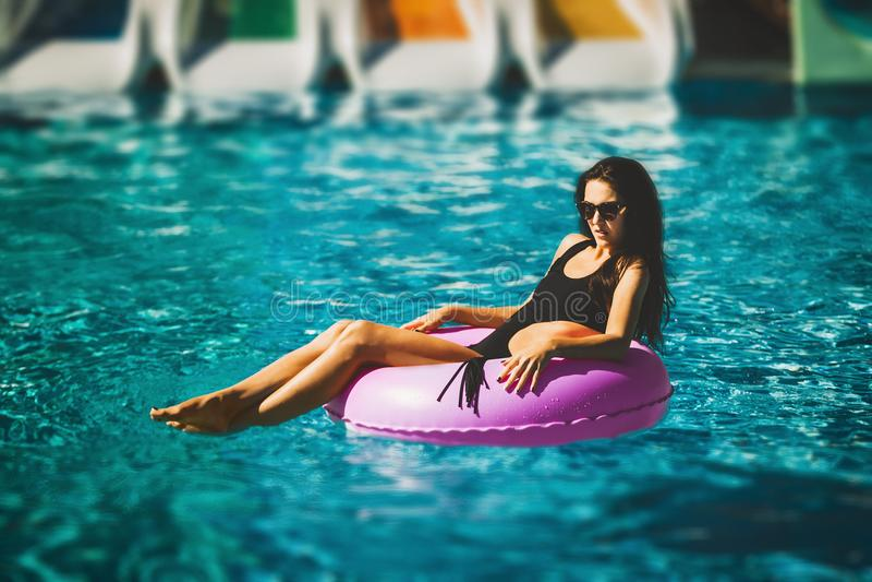 Schoonheidsmodel in bikini in het zwembad royalty-vrije stock foto's