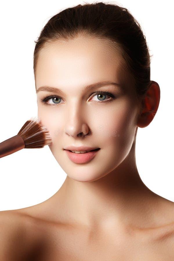 Schoonheidsmodel met make-upborstel Helder maak donkerbruine woma goed royalty-vrije stock afbeelding