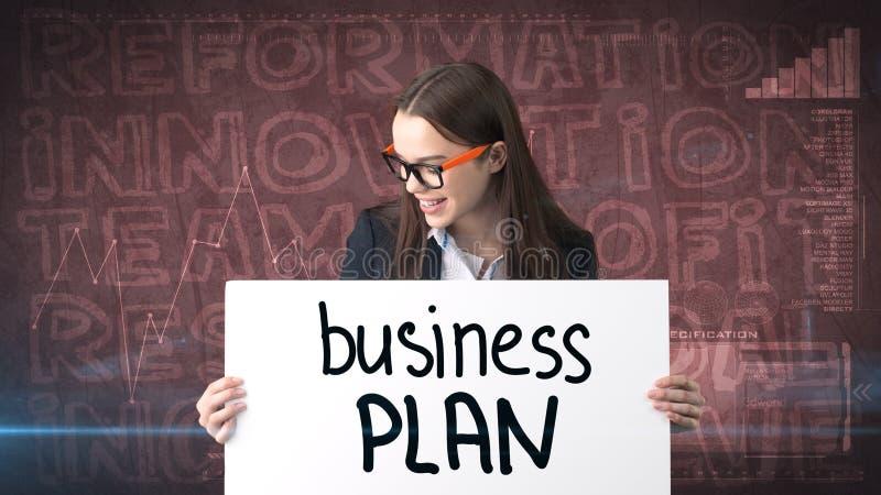 Schoonheidsonderneemster op geschilderde achtergrond met marketing woorden Reclame, investering en businessplanconcept stock foto