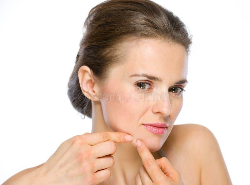 Schoonheidsportret die van jonge vrouw acne drukken royalty-vrije stock foto