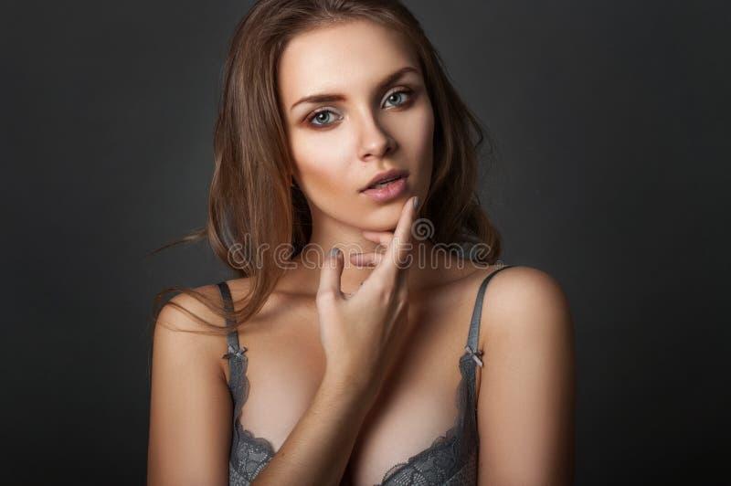 Schoonheidsportret een vrouw in bustehouder stock afbeeldingen