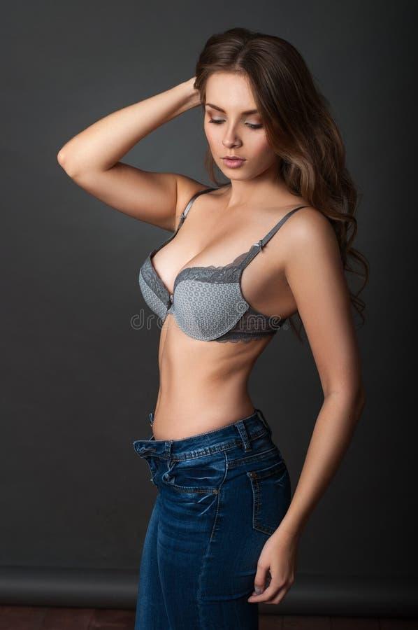 Schoonheidsportret een vrouw in bustehouder stock foto