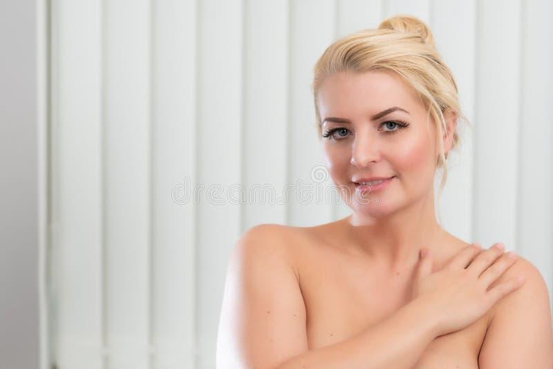 Schoonheidsportret met expressie voor reclame stock foto
