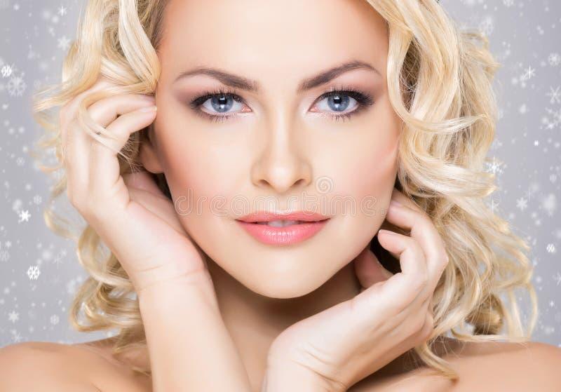 Schoonheidsportret van aantrekkelijk blond meisje met krullend haar en B stock afbeeldingen