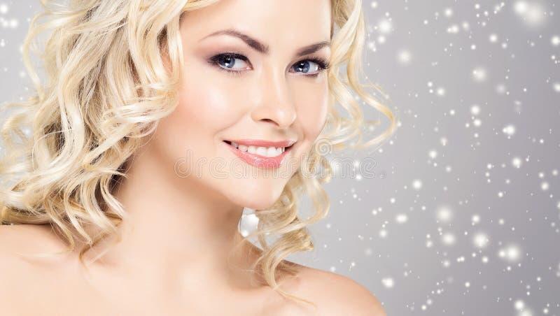 Schoonheidsportret van aantrekkelijk blond meisje met krullend haar en B royalty-vrije stock fotografie