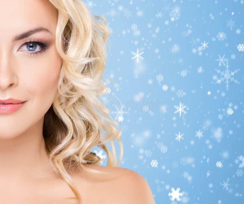 Schoonheidsportret van aantrekkelijk blond meisje met krullend haar en B stock fotografie