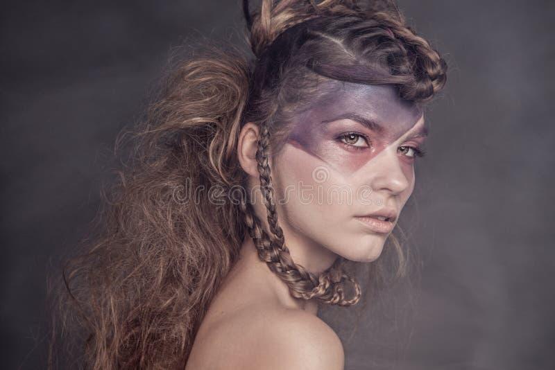 Schoonheidsportret van aantrekkelijke donkerbruine dame royalty-vrije stock afbeelding