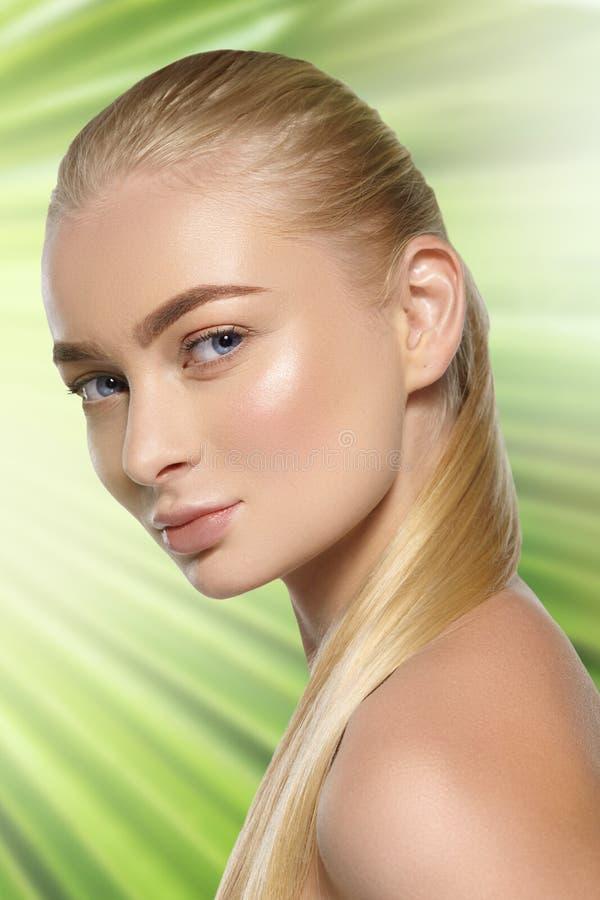 Schoonheidsportret van blondemeisje met natuurlijke make-up stock afbeeldingen