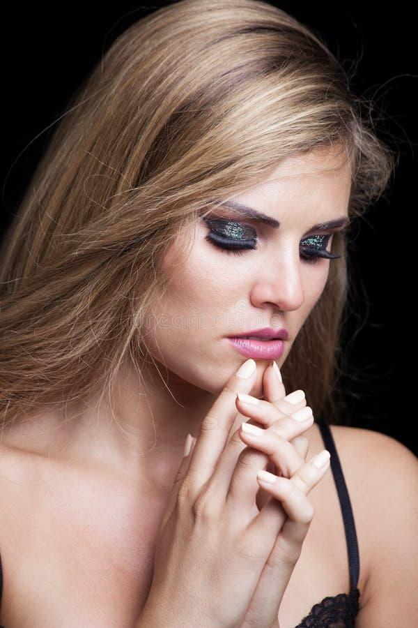 Schoonheidsportret van blondemeisje met sparkly oogschaduw royalty-vrije stock fotografie
