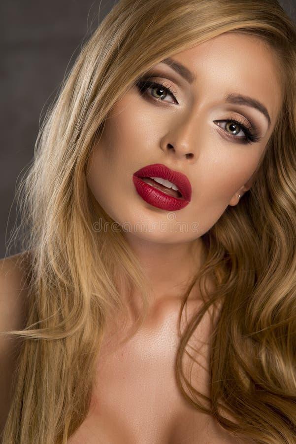 Schoonheidsportret van blondevrouw stock afbeelding