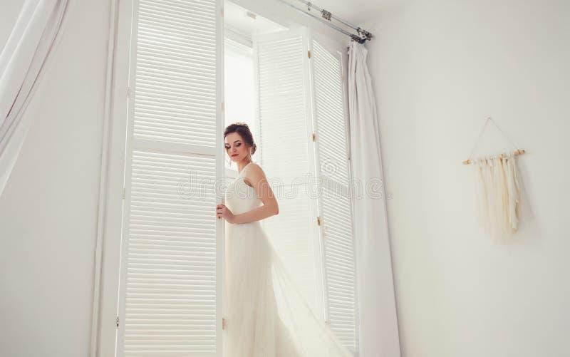Schoonheidsportret van bruid die manierhuwelijk dragen royalty-vrije stock fotografie