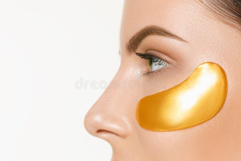 Schoonheidsportret van een aantrekkelijk meisje met een gouden flard onder het oog royalty-vrije stock foto's