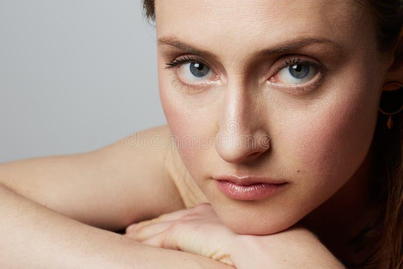 Schoonheidsportret van een gelukkige jonge topless vrouw met natuurlijke make-up over witte achtergrond De kosmetiek en Reclame royalty-vrije stock afbeeldingen