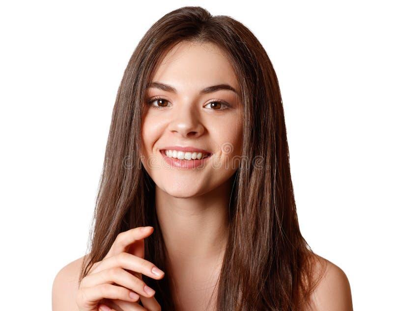 Schoonheidsportret van een jong mooi donkerbruin meisje met bruine ogen en rechtstreeks lang stromend die haar op witte achtergro stock foto