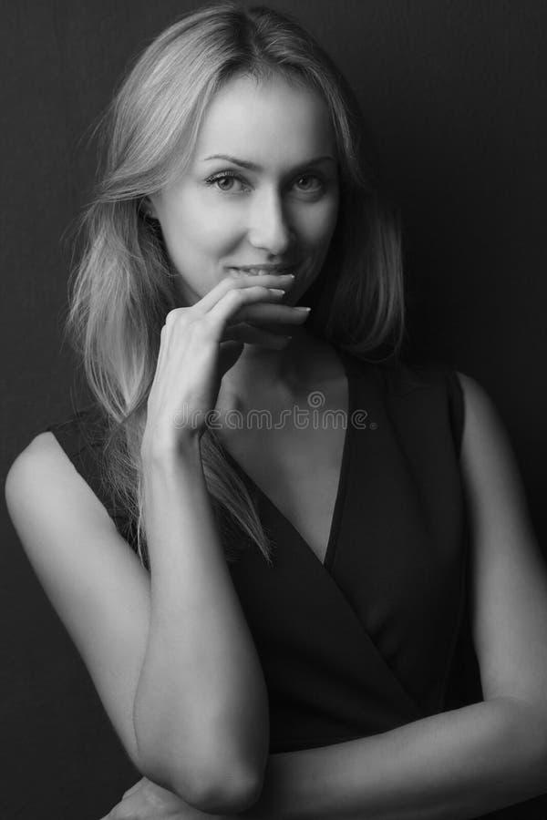 Schoonheidsportret van een jong mooi donkerbruin meisje met lang recht vliegend haar Prachtig haar Rebecca 36 stock fotografie