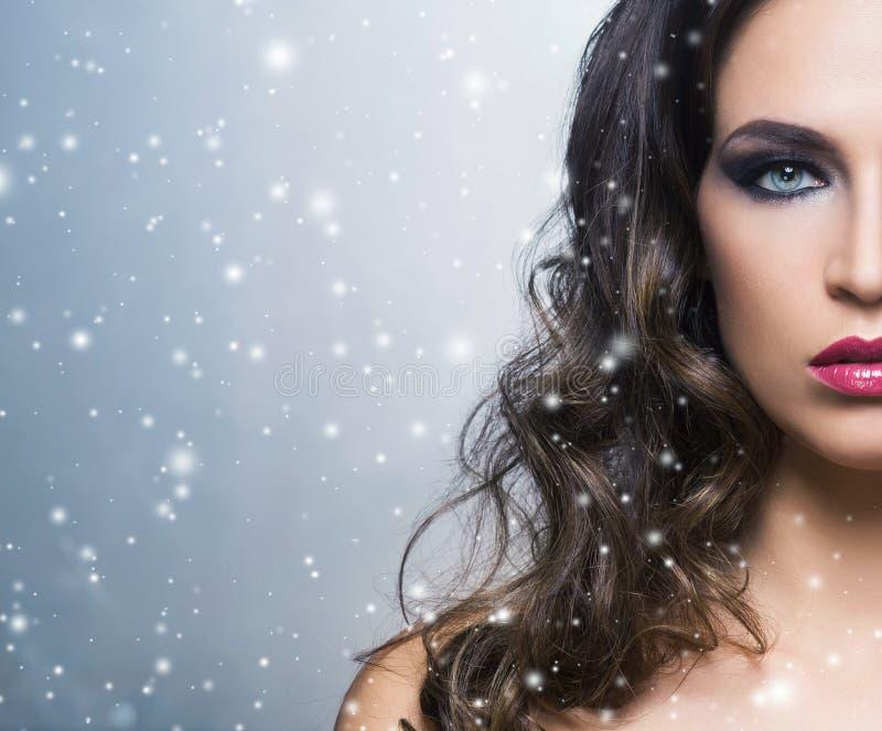 Schoonheidsportret van een jonge en schitterende vrouw royalty-vrije stock foto
