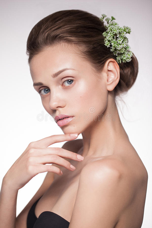 Schoonheidsportret van een jonge natuurlijke zuivere vrouw stock foto
