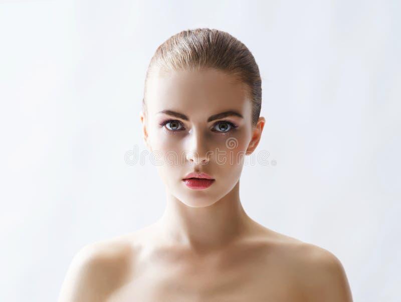 Schoonheidsportret van een jonge vrouw op wit stock afbeeldingen