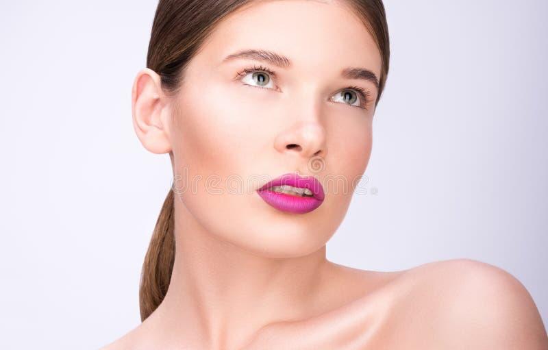 Schoonheidsportret van een mooie jonge vrouw Heldere lippen en professionele samenstelling stock foto's