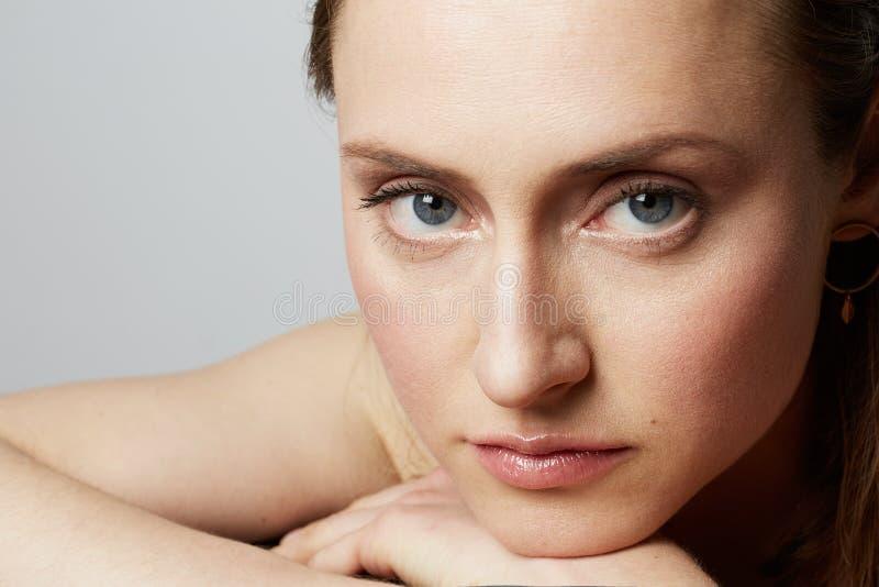 Schoonheidsportret van een tienerwijfje met natuurlijke make-up over witte achtergrond De kosmetiek en Reclame royalty-vrije stock foto's
