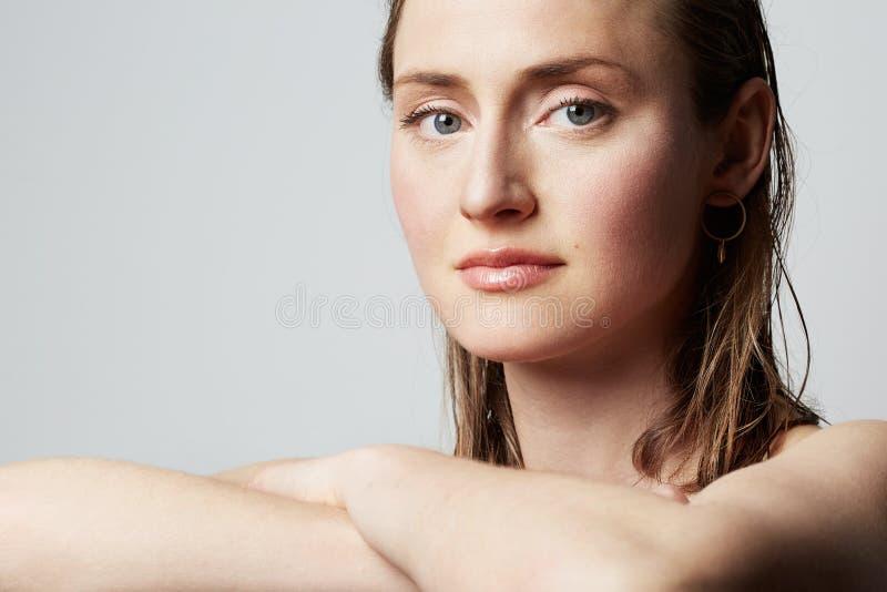 Schoonheidsportret van een tienerwijfje met natuurlijke make-up over witte achtergrond De kosmetiek en Reclame stock foto