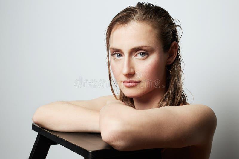 Schoonheidsportret van een tienerwijfje met natuurlijke make-up over witte achtergrond De kosmetiek en Reclame stock afbeelding