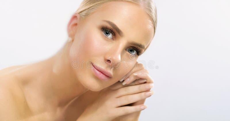 Schoonheidsportret van elegante glimlachende jonge vrouw met lang blondehaar stock afbeeldingen