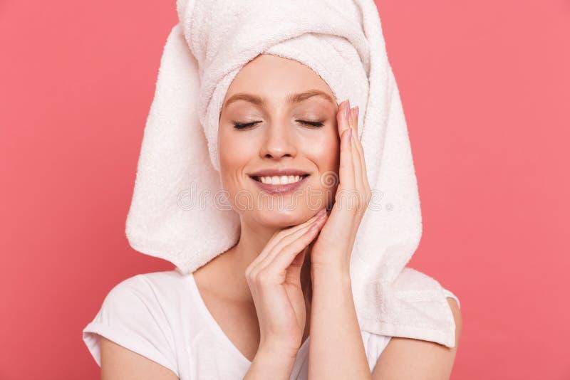 Schoonheidsportret van elegante jonge die vrouwenjaren '20 in witte handdoek na douche wat betreft haar schoon vers gezicht worde royalty-vrije stock foto's