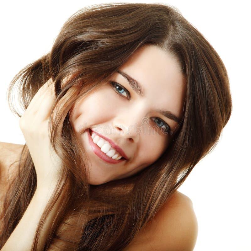 Schoonheidsportret van glimlachend meisje met perfect bruin haar isoleer royalty-vrije stock foto