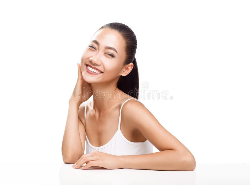 Schoonheidsportret van glimlachende Aziatische vrouw stock foto's