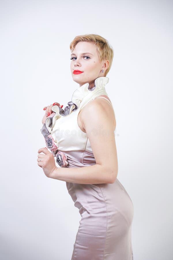 Schoonheidsportret van jong curvyy meisje in de kleding van Midi royalty-vrije stock foto
