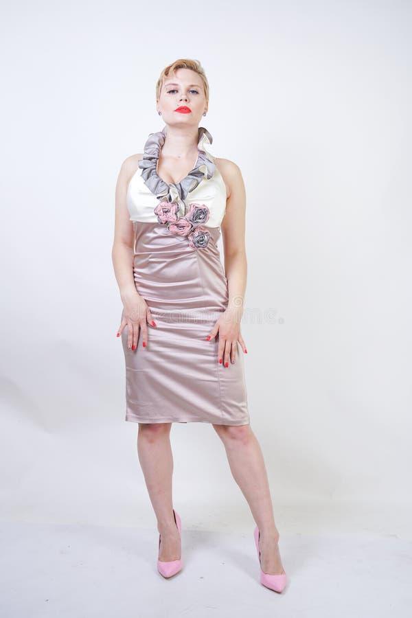 Schoonheidsportret van jong curvyy meisje in de kleding van Midi stock foto